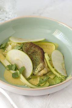 Gegratineerde rode poon met gestoofde spitskool, gemarineerde groene asperges en kerriesaus - Hap & Tap !