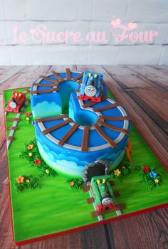 Thomas the train cake. Thomas, Percy and James figurines. Number 3 shaped cake | Le sucre au four