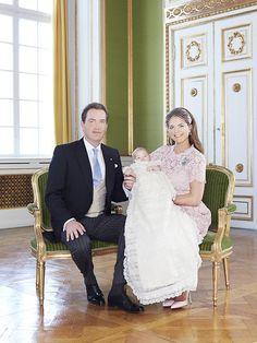 Madeleine + Christopher: 8. Juni 2014 Am ersten Hochzeitstag ihrer Eltern wird Prinzessin Leonore von Schweden in Schloss Drottningholm in Stockholm getauft. Eines der offiziellen Taufbilder zeigt die kleine Prinzessin mit ihren Eltern Madeleine und Chris, der zärtlich ihre Hand hält.