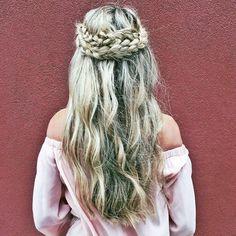 La coiffure inspirante du jour : la couronne double tressée  #lookdujour #ldj #hairinspo #hair #braidcrown #braid #blonde #braidsofig #braidideas #wavyhair #hairinspo #regram  @carajourdan