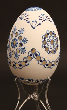 Choisir un oeuf décoré : oeuf sculpté, oeuf peint, oeuf pysanky, oeuf gravé Flower Pot Crafts, Flower Pots, Art D'oeuf, Eastern Eggs, Painted Rocks, Hand Painted, Carved Eggs, Egg Dye, Egg Crafts