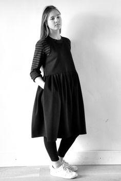robe à plis sans manche en lainage stretch noir - LE VESTIAIRE DE JEANNE, pull court en rayures claires - LE VESTIAIRE DE JEANNE, legging - ALBUM DI FAMIGLIA