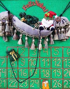 CALENDÁRIO NATALINO   Feito com tecido e passamanarias, o tradicional calendário de  Natal se destaca na decoração do ateliê Spengler Decor, em Gaspar. Faça o seu também! #inspiracao #decoracaodenatal #DIY #ficaadica #SpenglerDecor