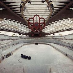 Est-ce que 1990 peut-être considérés archives ou vintage? Non ce nest pas la construction du Vélodrome mais bien le chantier du Biodome durant la transformation de limmeuble de 1976. Notons la présence en plein centre du superbe logo des Olympiques de 1976 dessiné par le graphiste Georges Huel à qui lon doit aussi la rosette de Montréal et le logo de la STL à Laval. . Archives de Montréal (twitter) @Archives_Mtl VM168-Y-3_25-005 . #514 #mtl #yul #montreal #montréal #montréaljetaime #streetsof514 Olympic Stadium Montreal, Olympics, Canada, Construction, Instagram, Vintage, City, Building, Vintage Comics