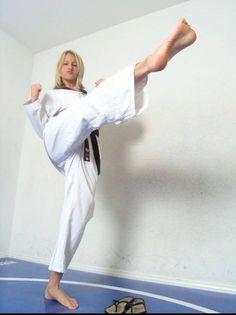 Taekwondo Girl, Karate Girl, Female Martial Artists, Martial Arts Women, Fighting Poses, Barefoot Girls, Zombieland, Women's Feet, Girl Poses