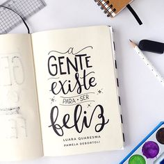 O que você está fazendo hoje para ser mais feliz?  Frase da querida @luaraquaresmafrases  . #handlettering #letteringbr #dailyart #happiness #lettering #gentefeliz #caxiasdosul #handletteringdaily #handletteringbrasil #felicità #felicidade #luaraquaresmafrases Doodle Lettering, Brush Lettering, Different Lettering Styles, Meant To Be Quotes, Lettering Tutorial, Calligraphy Letters, Positive Messages, Brush Pen, Wallpaper Quotes