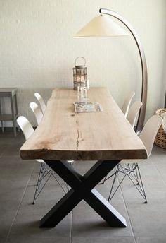 Deze boomstamtafel heeft een stoer tafelblad van massief stamhout en een stevig onderstel van staal. Het tafelblad is volledig uit één stam gezaagd en vervaardigd uit populierenhout.
