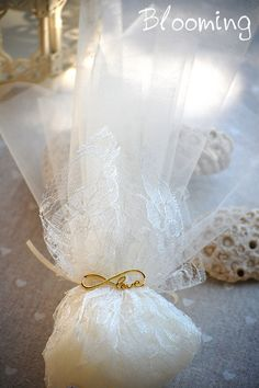 Μπομπονιερα με μεταλλικο στοιχειο. Long Fall Dresses, Homemade Wedding Favors, Infinity Love, Wedding Decorations, Table Decorations, Crafts Beautiful, Travel Set, Wedding Dress Styles, Baby Accessories