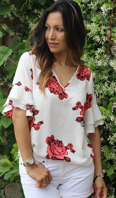Flower tops give you the perfect trendy mix of elegance.) Flower tops give you the perfect trendy mix of elegance. Cheap Womens Tops, Womens Trendy Tops, Blouse Styles, Blouse Designs, Classy Outfits, Blouses For Women, Floral Tops, Fashion Dresses, Casual