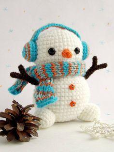 Crochet Amigurumi Ideas Christmas crochet - Free crochet snowman pattern - Here's a free snowman amigurumi pattern, with earmuffs! Get the free pattern from Amigurumi Today. Crochet Snowman, Crochet Christmas Ornaments, Christmas Crochet Patterns, Holiday Crochet, Christmas Snowman, Crochet Gratis, Crochet Patterns Amigurumi, Cute Crochet, Crochet Dolls