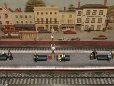 ‪Inglenook South in numbers, seven. The layout has 7 passengers on the platform waiting for the next train.‬