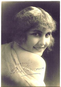 Edna Purviance 1915 from Photoplay Magazine. Edna Purviance was an American actress during the silent movie era. She was the leading lady in many of Charlie Chaplin's early films and in a span of eight years, she appeared in over thirty films with him. Old Hollywood Glamour, Golden Age Of Hollywood, Classic Hollywood, Silent Film Stars, Movie Stars, Divas, Olive Thomas, Edna Purviance, Marie Prevost