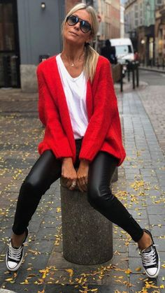 Converse, black pants and red cardigan Converse, schwarze Hose und rote Strickjacke Red Cardigan Outfits, Outfits Leggins, Leather Leggings Outfit, Cardigan Fashion, Pants Outfit, Mode Outfits, Trendy Outfits, Fall Outfits, Look Fashion