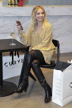 Sarah Michelle Gellar enjoys Sauvignon blanc in Limited Edition Holiday Bottle - Leather Celebrities Thigh High Boots, High Heel Boots, Heeled Boots, Knee Boots, Sarah Michelle Gellar, Leather Fashion, Fashion Boots, Celebrity Boots, Sexy Stiefel