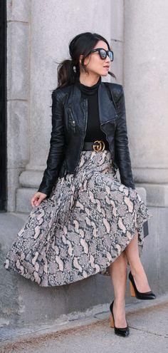 - Pleated snakeskin print midi skirt + cropped moto jacket Saia plissada com estampa de pele de cobra midi + jaqueta de nove pontos - Midi Rock Outfit, Midi Skirt Outfit, Pleated Midi Skirt, Skirt Outfits, Work Outfits, Maxi Dresses, Casual Outfits, Black Outfits, Denim Skirt