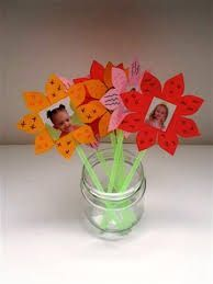 flowers with a picture :) Diy For Kids, Crafts For Kids, Graduation Theme, Curious Kids, Party Invitations Kids, Mothers Day Presents, School Art Projects, Fathers Day Crafts, Simple Gifts