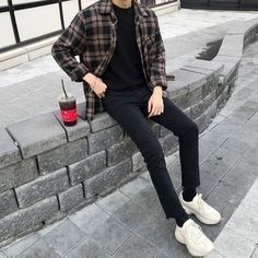 Men's Dark Brown Plaid Long Sleeve Shirt, Black Crew-neck T-shirt, Black Jeans, White Athletic Shoes Indie Outfits, Korean Outfits, Stylish Mens Outfits, Casual Outfits, Summer Outfits Men, Casual Shirts, Men Casual, Korean Fashion Men, Men's Fashion