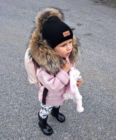 Laura miluje styl od mala její první slovo bylo ,,BOTA,, žádný máma ani táta😂 A co vaše děti jake bylo první slovo?…