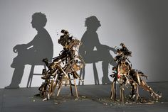 これは見事です! イギリスのアーティストコンビ、Tim NobleとSue Websterが先月ロンドンのギャラリーでおこなった展示がこちらの「Nihilistic Optimistic」。床に置かれた、がらくたにしか見えないゴミの塊。しかし、一方向から光を当てるとなんと人のシルエットが浮かび上がるという作品です。 髪...