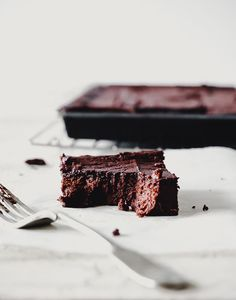 This recipe for sweet potato chocolate brownies are sweetened only with rice syrup, are completely dairy and grain free and are super easy to make! Best Chocolate Desserts, Raw Desserts, Vegan Dessert Recipes, Healthy Chocolate, Chocolate Brownies, Vegetarian Snacks, Healthy Recipes, Healthy Cake, Healthy Sweets