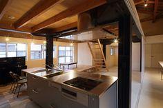 BAYのある空間、住宅設備事例。トーヨーキッチンの機能を集約したスタンダードモデル。BAYは、今までのキッチンを根本から見直すことで、本当に必要だった「キッチンの新たな基準」を確立しました。 キッチンでの動きを変えた開発哲学「ゼロ動線」をはじめ、 半世紀にわたる技術とノウハウを集大成した品質の高さ。シンプルでスタイリッシュなデザイン。 そして思いのまま自由にできるレイアウト。BAYは、毎日使うキッチンだからこそすべてにこだわった TOYO KITCHEN STYLEの自信作です。