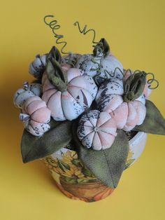 Vaso de cerâmica com decoupagem. Decorado com abóboras de tecido com enchimento de fibra siliconada. R$ 35,50