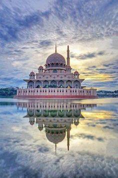 palais indien au-dessus de l'eau et un ciel magnifique