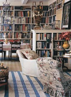 This classic library is so cozy. I'd love to have this in my house!