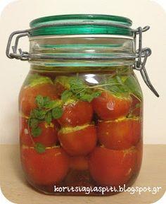 Νέα λιχουδιά με βάση την ντομάτα σας έχουμε και πάλι! Ίσως λίγο πιο μπελαλίδικη αυτή τη φορά, αλλά νομίζουμε ότι αξίζει τον κόπο. Σήμερα γ...