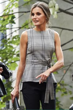 18 October 2018 Queen Letizia of Spain is pictured as she attends Martin Scorsese's meeting with young filmmakers at the old weapons… Mode Simple, Cool Style, My Style, Queen Letizia, Dressy Outfits, Royal Fashion, Work Attire, Minimalist Fashion, Minimalist Clothing