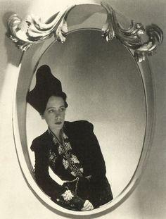 "photo noir et blanc : Horst P. Horst, ""Elsa Schiaparelli"", 1937, mode italienne"