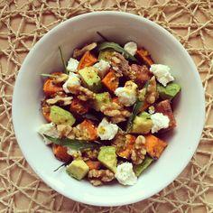 Salade aux patates douces rôties, noix, avocats et fromage de chèvre