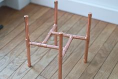 DIY Raised Copper Pipe Plant Stand Make your own DIY plant stand from copper pipe. With a few simple materials and a little time, you can have your own copper plant stand. Chic Halloween Decor, Pipe Table, Pipe Desk, Diy Plant Stand, Metal Plant Stand, Plant Stands, Copper Decor, Diy Pipe, Pipe Lamp