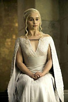Game of Thrones: Emilia Clarke ranks her Daenerys costumes Season Queen Daenerys holding court in Emilia Clarke Daenerys Targaryen, Game Of Throne Daenerys, Got Costumes, Movie Costumes, Halloween Costumes, Acteurs Game Of Throne, Game Of Thrones Dress, Game Of Thrones Queen, Game Thrones