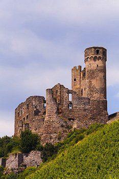 Van Schloss Ehrenfels bij Rüdesheim is nog slechts een ruïne over, rechter oever