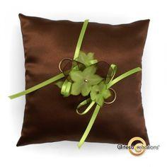 Coussin d'alliances Satin Chocolat et Fleurs Anis  http://www.artesa-creations.com/mariage/682-coussin-alliances-chocolat-anis.html