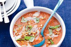 De vulling van stukjes ciabatta en geroosterde pijnboompitten maakt deze maaltijdsoep extra stoer - Recept - Rijkgevulde tomatensoep - Allerhande