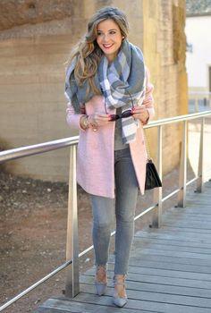 Conjunto abrigo rosa, jersey gris, pantalones grises, tacones grises, bufanda multicolor, bolso negro y gafas negras