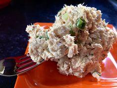 Tuňákový salát: tuňák (makrela), dobré černé olivy, fenykl, strouhaná mrkev, pórek, majonéza, olivový olej, sůl, pepř, kyselé okurky, kapary, citronová šťáva