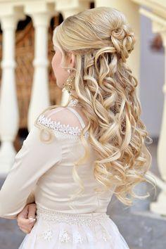Blonde Brautfrisur mit schönen Locken