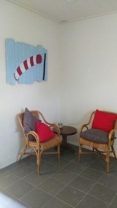 Plankjes blauw geverfd met windzak erop geschilderd#slaapzalen