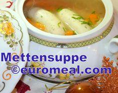 In der Heiligen Nacht gibt es speziell im österreichischen Alpenraum die Mettensuppe. In Salzburg werden dafür eigens Mettenwürste produziert. Sie wurde früher nach der Christmette gegessen. Heute gibt es sie schon zu Mittag oder bei der Bescherung. Salzburg, Pickles, Cucumber, Chicken, Food, Easy Meals, Xmas, Food Food, Essen