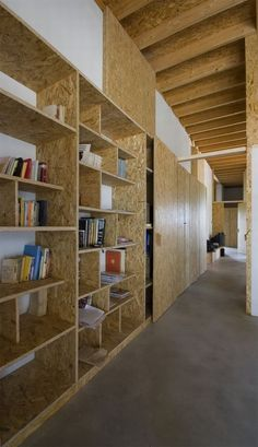 OSB shelving Small House by Antonio Ravalli Architetti Office Interior Design, Office Interiors, Küchen Design, House Design, Osb Wood, Particle Board, Shelving, Recessed Shelves, Furniture Design