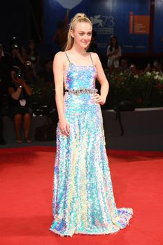 Venice Film Festival Best Red Carpet Moments - Dakota Fanning in a holographic Miu Miu sequin dress Dakota Fanning, Red Carpet Dresses 2016, Red Carpet Gowns, Bijoux Chopard, Glamour, Robes Elie Saab, Holographic Dress, Elie Saab Haute Couture, Venice Film Festival