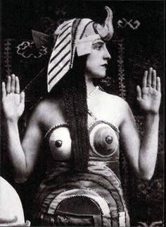 """photo noir et blanc : """"Lubov Tchernicheva en Cléopatre, 1917, costume de Sonia Delaunay, style égyptien, portrait de femme"""