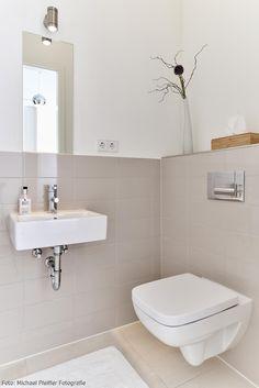 Inspiration für kleine Badezimmer! Ein eckiges Waschbecken, schlichte Dekoratino und helle Wandfliesen lassen den Raum größer wirken. Mehr Inspiration auf roomido.com #roomido