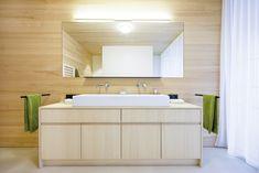Badewanne aus Stahl-Email mit Einhebelmischer und Handbrause • Dusche mit Punktabfluss, gemauerte Duschwände, Holzdecke (LED-Spot), Ablagenische, Thermostatarmatur, Kopfbrause und Handbrause • Möbelwaschtisch mit Aufsatzwaschbecken aus Keramik und 2 Einhebelmischern • WC mit Lüftung Badmöbel aus Weißtanne, Spiegel mit Licht • fugenloser Boden aus Lehmkasein •Fußbodenheizung•HSH-Installatör • Holz die Sonne ins Haus • ROT-HEISS-ROT Led Spots, Bathroom Lighting, Vanity, Mirror, Furniture, Home Decor, Timber Ceiling, Bath Tub, Sun