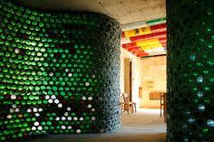Casa hecha con material reciclado. Pared hecha con botellas