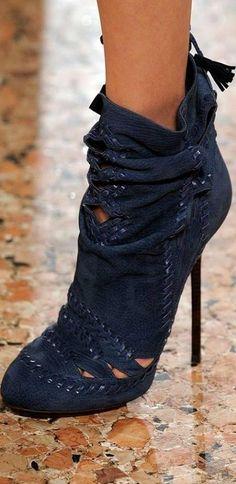 Was wäre die Damenwelt ohne ihr Faible für Schuhe? Wir finden: Nur halb so glamourös. Spätestens seit der TV-Serie Sex and the City, in der die New Yorker Stylistin Patricia Field Carrie, Miranda und Co. mit den schillerndsten High-Heels der Modeszene ausstattete, weiß jeder, wie wichtig Schuhe für ein perfektes Styling sind.
