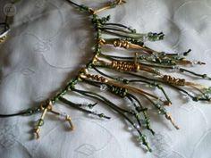 . Vendo collares hechos a mano de encargo de flecos,preciosos,elegantes,de cola de raton,los hago a la carta,tambien aparte los pendientes y la pulsera a juego.